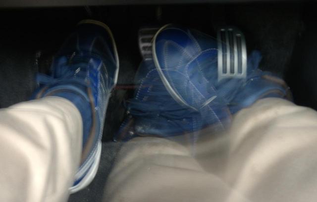 画像: ヒール&トゥはMT車でスポーツドライビングをするには必須のテクニック。最近はシンクロレブコントロール(自動ブリッピング機能)が装着されたモノもあるが、やはりできるに超したことはない。