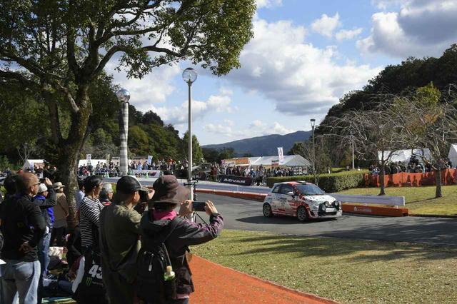 画像: 新城総合公園内に設けられたSS。たくさんの観客の前で果敢に攻めた走りを見せる竹岡。マシンはアバルト500ラリーR3T。