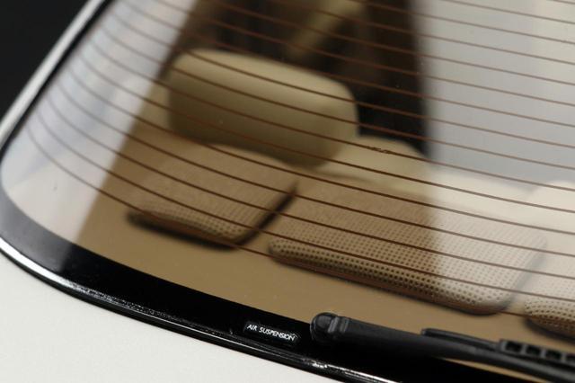 画像: リアウインドーに貼られた「AIR SUSPENSION」のステッカーも再現するこだわりよう。