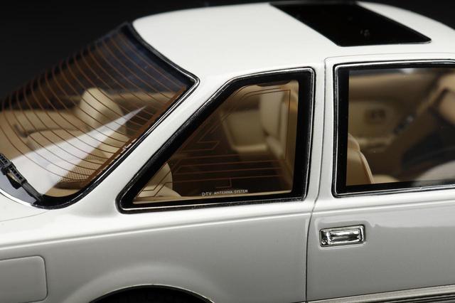画像: 窓に映りこむ光さえも再現するために、透明樹脂製パーツをウインドに採用し曲率を再現している。