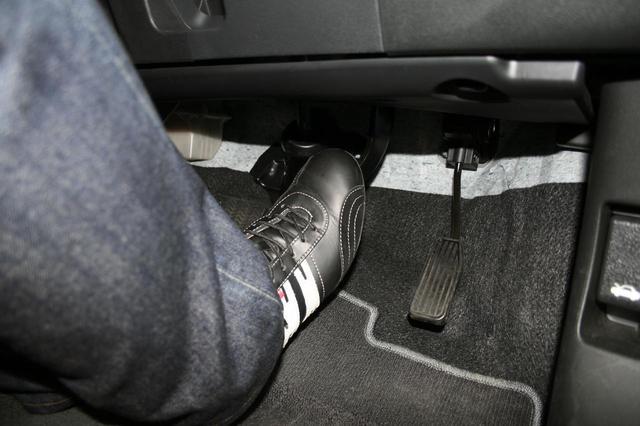 画像: シート位置をきっちり決めてこそ、ペダルワークも安定してできるようになる。基本は踵をフロアにつけての操作となる。