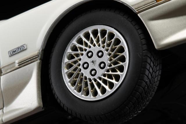 画像: 強度と真円性が求められるホイールにはプラスティック製成型品を採用。ゴムの質感にもこだわりタイヤには軟質樹脂を使用している。