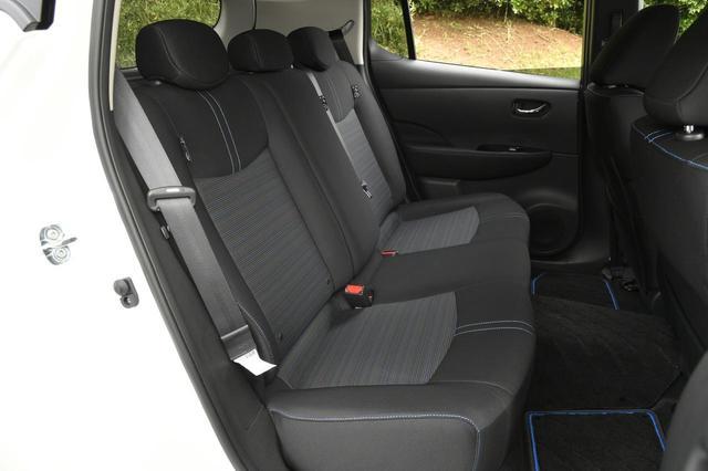 画像: 足もとは余裕がある。後席クッションヒーターもオプションで設定する。