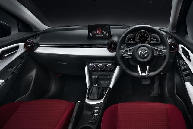 画像: 艶やかな深紅色のシートが白い空間に映える専用インテリア。