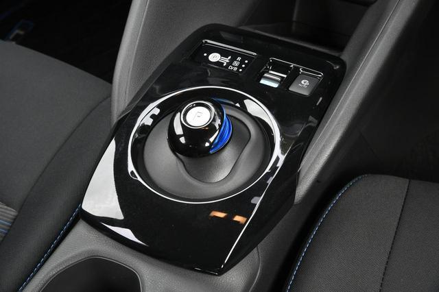 画像: シフトセレクター。その上側にある「e-Pedal」スイッチを引くとワンペダルドライブが楽しめる。