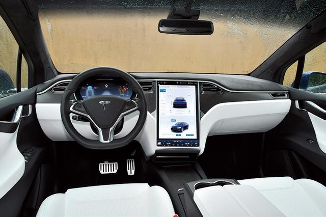 画像: コクピットの中央に設置されるタッチパネル式17インチスクリーンで車両のほとんどの部分を操作できる。