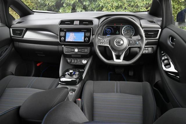 画像: 日産車共通のデザインテーマ「グライディング・ウイング」を採用する質感の高いインパネ。同一車線自動運転のプロパイロットや駐車アシストなども設定。