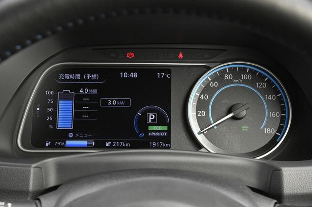 画像: この表示は「予想充電時間表示」。「ルート案内」「オーディオ情報」「プロパイロット」などボタンひとつで切替可能だ。
