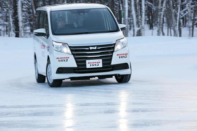 画像: 氷上旋回路をノア4WDで試走。195/65R15サイズ。従来モデルでも定評のある氷上ブレーキ性能は10%も短縮。摩耗ライフは22%向上しているのが特徴だ。