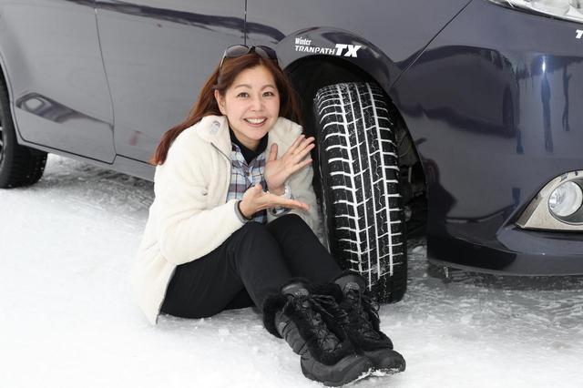 画像: 筆者の竹岡 圭さん。「ミニバンって重心が高いから特有のふらつきがあるんですけど、コレはそれが抑えられてるんです」