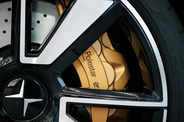 画像: ブレーキシステムはakebono社製。ボルボは2019年から5種類のEVを出すがその中の2モデルがポールスター車である。