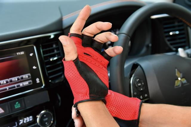 画像: 掌から指にかけてベンチレーションホールが設けられている。この有無で快適性は大きく異なる。