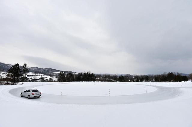 画像: 氷盤円旋回試験路。アイス路面で横グリップをテストする場所。