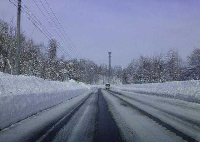 画像: 冬の路面は時間によって、天候によってさまざまに変化する。