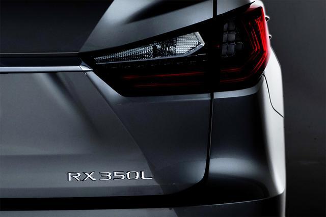 画像: 北米レクサスが公開したティザーカット。エンブレムは「RX350L」、つまり3.5LのV6 ガソリンエンジン搭載車だ。