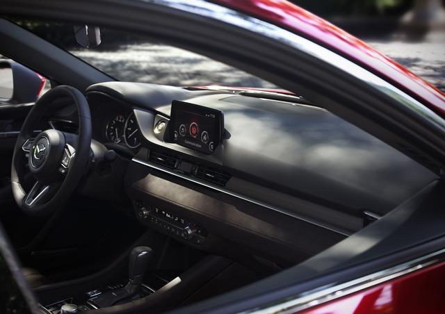 画像: 新型Mazda6(アテンザ)のインテリア。日本の伝統家具や楽器などに使用される栓木(せんのき)を用いた本杢素材などによってマツダらしいプレミアム感を表現した最上級仕様のインテリアを設定する。