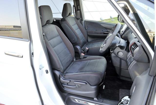 画像: 赤いステッチが入ったシートとドアトリムにはスエード調のクロスを使用。