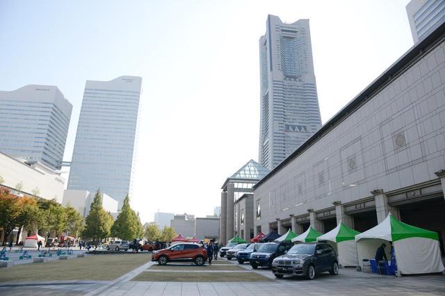 画像: 前回「インポートSUV&クロスオーバーフェア」と同じ会場、ランドマークタワー近くの横浜美術館前で開催。