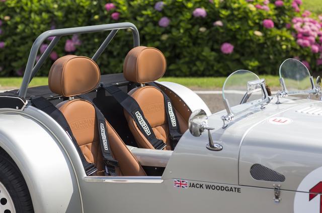 画像: タン色のレザーシートに4点式シートベルトを備える。