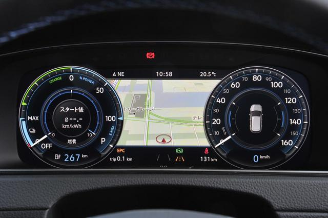 画像: オプションのデジタルメータークラスターは、12.3インチの全面モニター。左側はパワーインジケーター。中央部にはカーナビの地図などの情報を表示。メーターの大きさも変えられる。