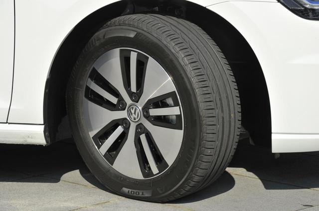 画像: 試乗車のタイヤは205/55R16のBSトゥランザ T001。アルミホイールは空力を重視した専用設計のもの。
