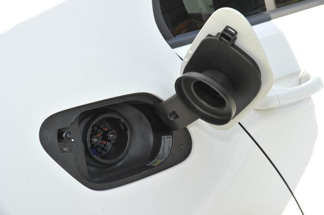 画像: 右リアフェンダー上にはCHAdeMO(急速充電)用の充電ポートが備わる。