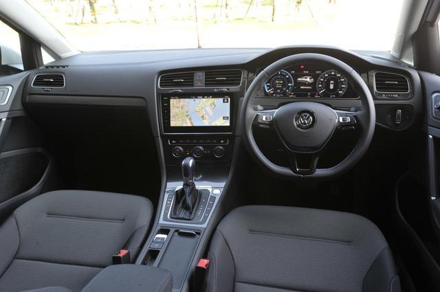 画像: インテリアの基本デザインはガソリン仕様のゴルフと変わらない。自動運転を見据えた運転支援システムと先進・安全装備も、もちろん搭載。