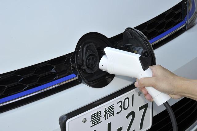 画像: フロントグリルのVWエンブレムを開けると200Vの給電ポートがある。