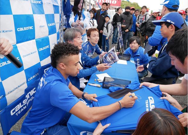 画像: 写真は5月3-4日に行われたスーパーGT Rd.02 富士でのサイン会にて。本の発売直後とあって、大盛況でした。