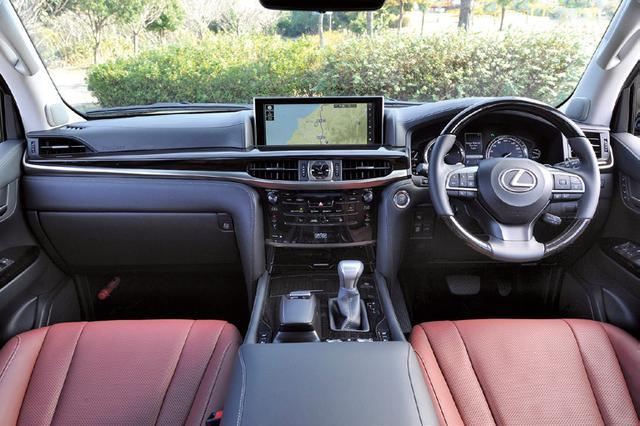 画像: 車高調整や4WDモードの切り替えスイッチなど、ランドクルーザーゆずりのオフロード性能を持つ。