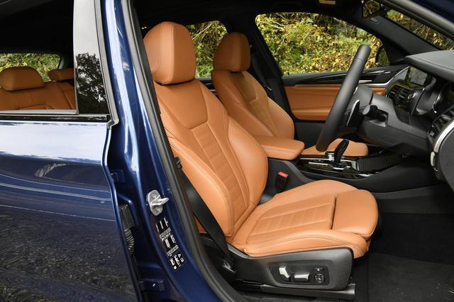画像: Mスポーツではヴァーネスカ・レザーのシートが標準装備。もちろん電動アジャストでヒーター内蔵。