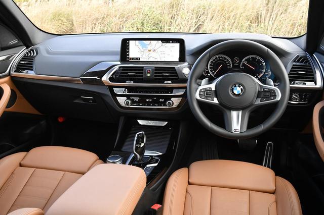 画像: 明るいブラウンの本革インテリアがスポーティかつハイクオリティ。運転支援システムなどの装備も充実している。