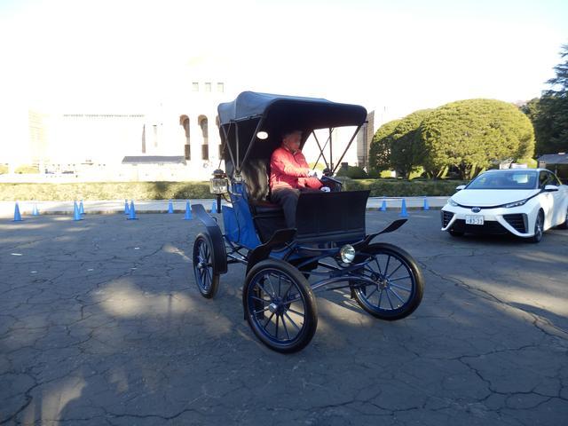 画像: 20世紀初頭のベーカー エレクトリックは、現在のEVと同じく静かに走る。エンジン始動が不要ということからも女性に人気だったとか。