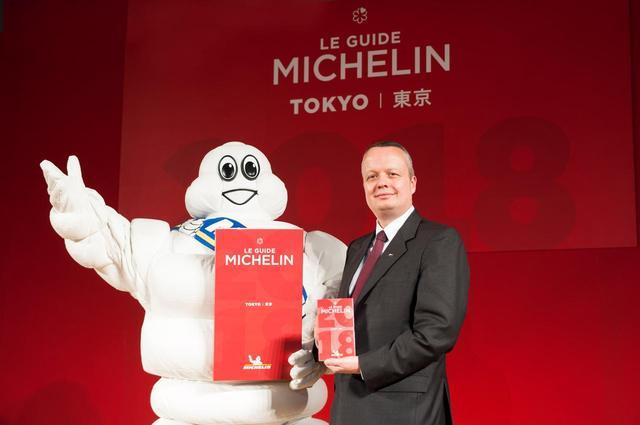画像: ミシュランマンと日本ミシュランタイヤ社長、ポール・ペリニオ氏。
