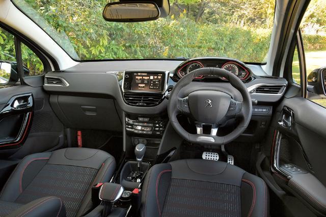 画像: フロントウインドウ上部に搭載されたレーザーセンサーによる衝突軽減ブレーキを標準装備している。