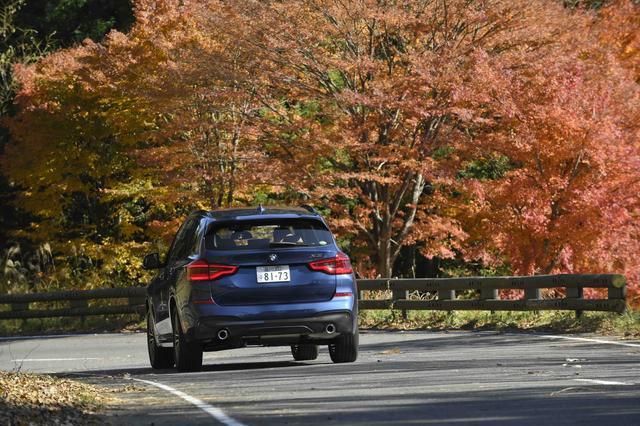 画像: 素晴らしい紅葉を背景に走り抜ける新型X3。