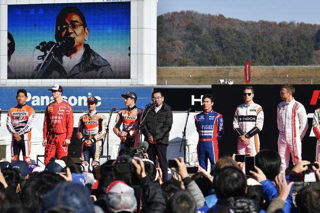 画像: 自身モータースポーツファンを公認する八郷社長、この日は終始笑顔でした