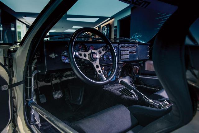 画像: ダッシュボードは取り外され、計器類やヒューズが並んだパネルが取り付けられている。(photo:Courtesy RM Sotheby's)