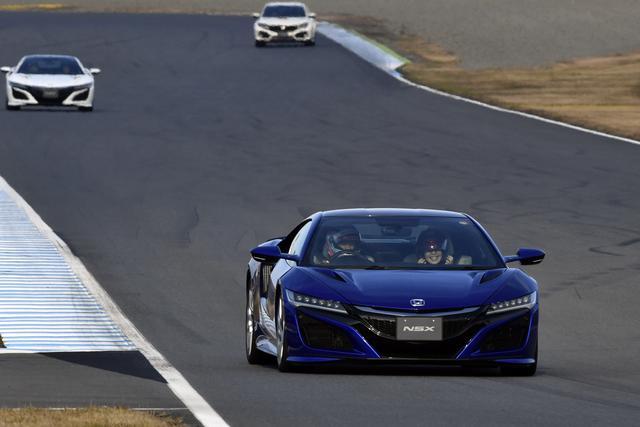 画像: スゴク嬉しそうなNSX同乗走行、何たって運転するのはアノ方ですから!