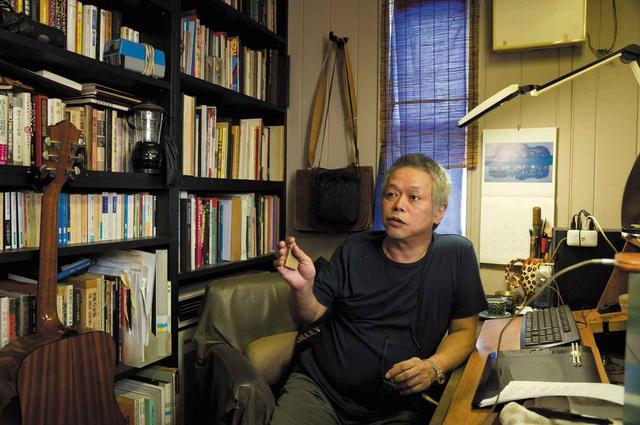 画像: 仕事場での六田先生。