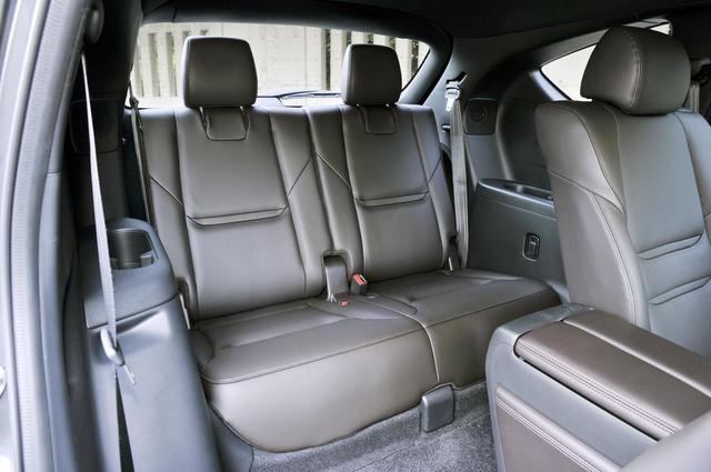 画像: 3列目シートの背面と座面のクッションは厚めでしっかりした作り。頭上空間は身長 170cmの人が余裕をもって座れるように設計された。