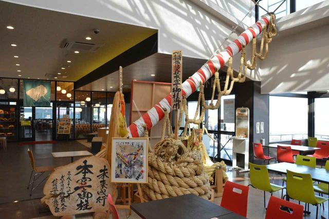 画像: 店舗の中には「御柱祭」の御柱が展示されている。