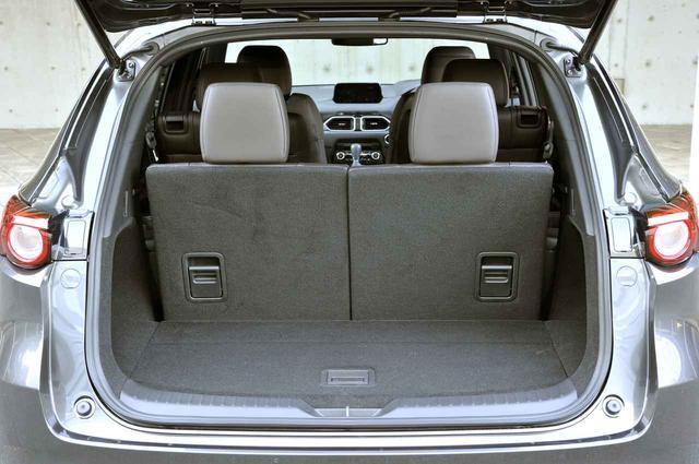 """画像: フル乗車時でも""""すき間 """"ではなくきちんと荷室を確保。7(6)名乗車時の容量は239L(床下収納 65Lを含む)。"""