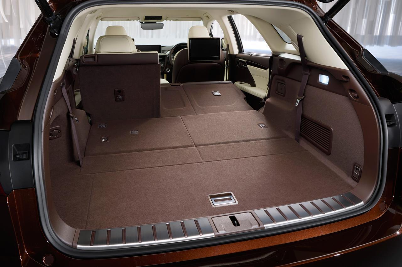 画像: 2列目シートと3列目シートを折りたためば広大かつ凹凸の少ない荷室空間が出現。