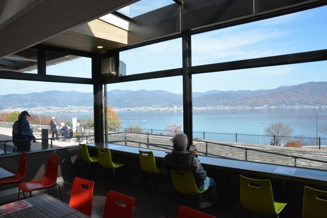 画像: この10月27日にグランドオープンを迎えた諏訪湖サービスエリア。大きな窓からは諏訪湖が望める。