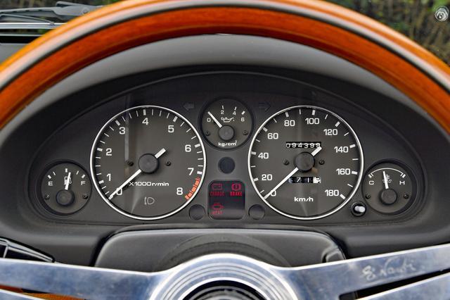 画像: 2眼メーターの周囲に燃料/油圧/水温計とインジケータを配置。