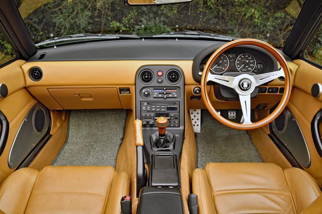 画像: タン(淡い茶色)の内装とナルディ製本革ステアリングはVスペシャル専用。