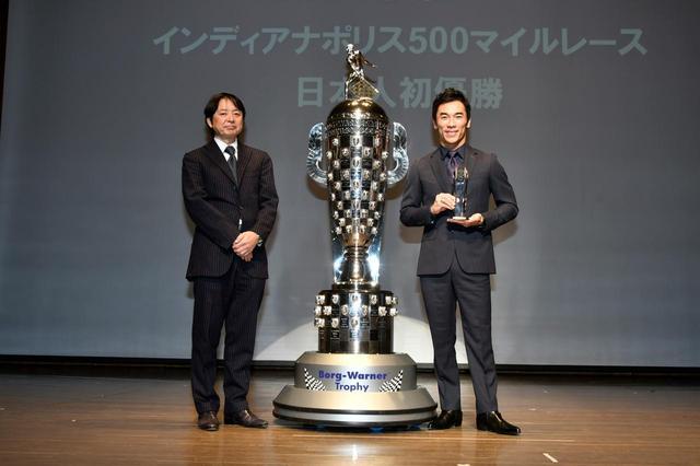 画像: 会場には佐藤琢磨選手(右)だけでなく、時価総額4億円とも言われている優勝トロフィも登壇した。