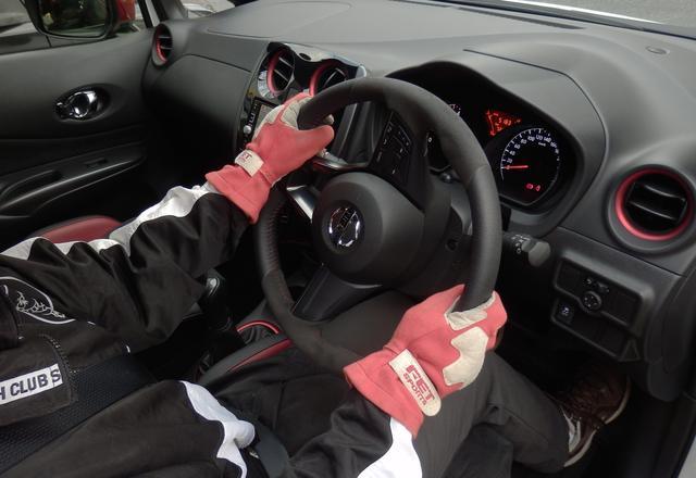 画像: 今度は左手を持ち上げる(押す)ようにステアリングを回し、右手はステアリングを滑らせる。