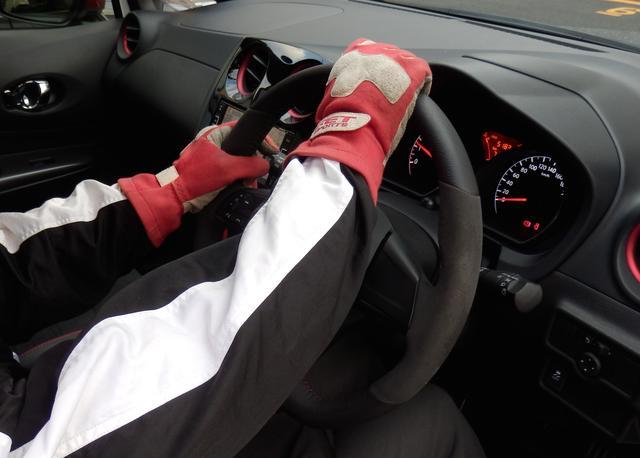 画像: 右コーナーの例。右手をステアリング上部に移動し引き始める。左手はそのままの位置でステアリングを滑らせる。
